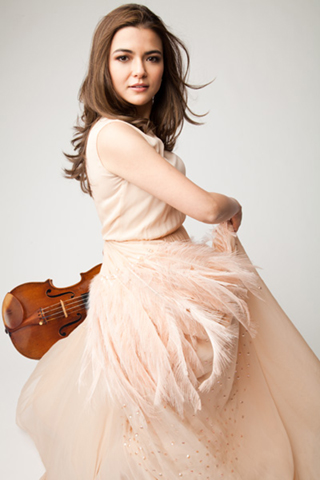 Picture of Karen Gomyo with violin